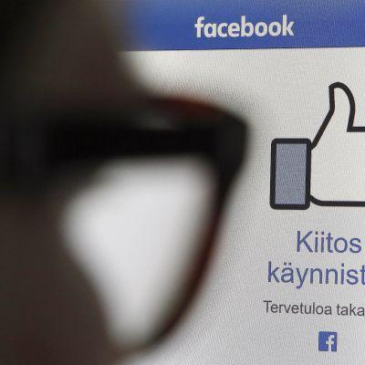 Peukkukäsi facebookin etusivulla.