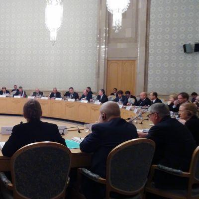 Talouskomission kokous isossa salissa.