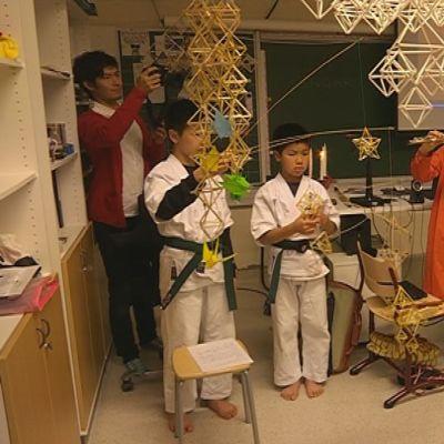 Japanilaisvieraat Makiko Tanifuji ja Yuichiro Honda esiintyivät Veikkaalan koulun oppilaille.