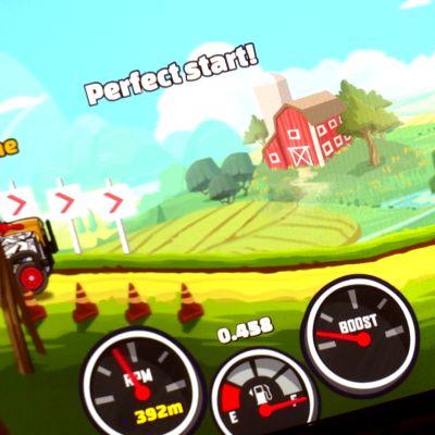 Hill Climb Racing 2 -peliä pelataan puhelimen näytöllä.