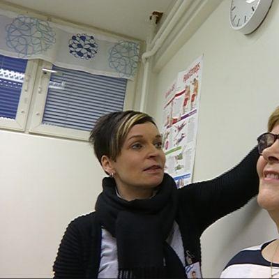 Tuija Kaisto tarkistaa myös Marja-Leena Korvan pituuden ja painon.
