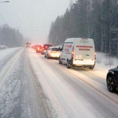 Kuvasa jonoa onnettomuuspaikan lähellä valtatie kahdeksalla Kruunupyyssä