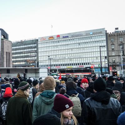 Mielenosoittajia Rautatieaseman edessä.