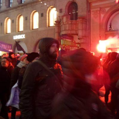 Äärioikeiston mielenosoitus kohtaa vastamielenosoittajat – Katso suorana