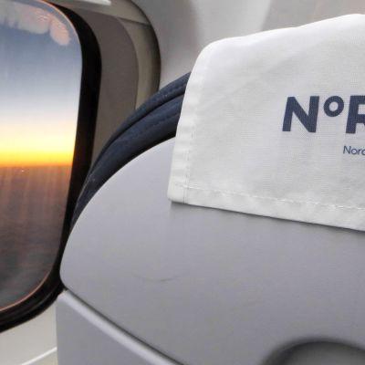Lentokoneen sisätilaa.