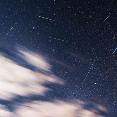 Useita tähdenlentoja yhdessä kuvassa.