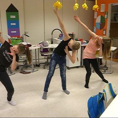 Kolme tyttö tanssii