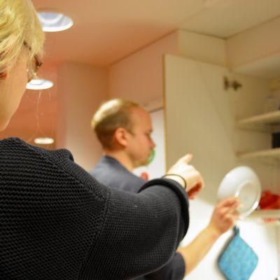 Nainen ja mies keittiössä