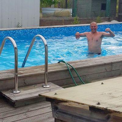 Matti Sirkka uima-altaassa.