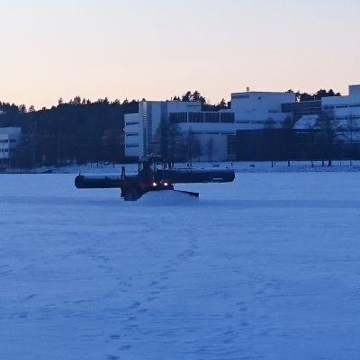 Jyväsjärven retkiluistelurataa aurataan.