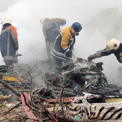 Pelastustyöntekijät tutkivat onnettomuuspaikka Biškekissä.