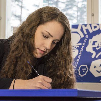 Kainuun ammattiopiston opiskelija maalaa taulua.
