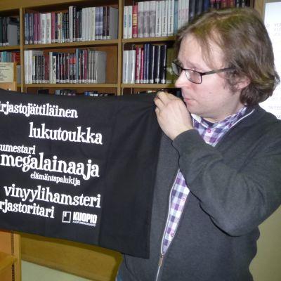 Kirjastovirkailija Lauri Livistö esittelee Kuopion omia kirjastokasseja