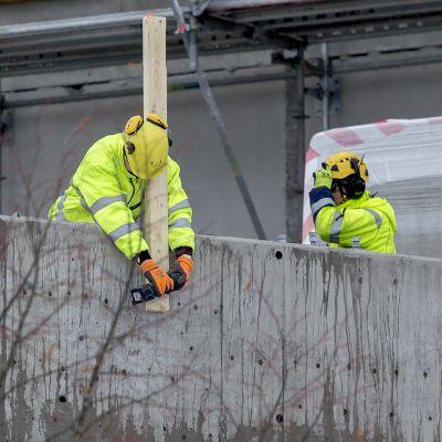 Miehiä rakennustyömaalla