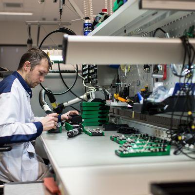 Kuvassa kasataan ja testataan kalibrointilaitteita