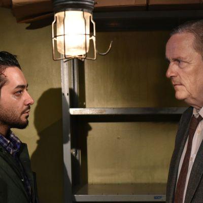 Sherwan Haji ja Sakari Kuosmanen Aki Kaurismäen elokuvassa Toivon tuolla puolen.
