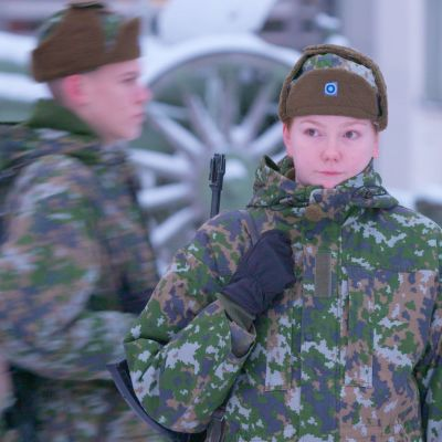 nainen armeijassa