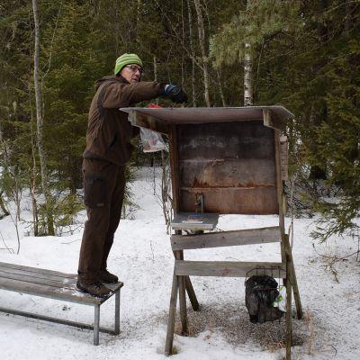Tuula Laasanen ja Tuomo Miettunen tuomassa ruokaa lintujen ruokintapaikalle.