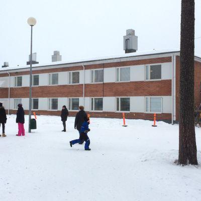 Suomussalmen Ruukinkankaan koululaisia välitunnilla talvisäässä
