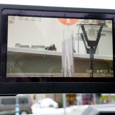 Poliisin tarkka-ampuja kameran näytöllä.