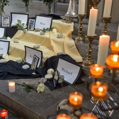 Kynttilöitä ja kuuden kuolleen nuoren kuvat muistoalttarilla.