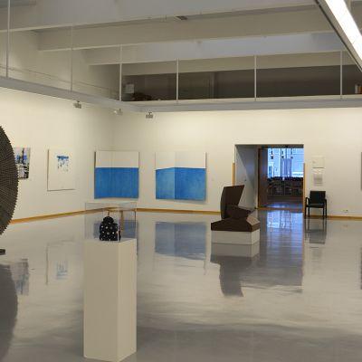 Sininen ja valkoinen -sali kiinnittää katsojan huomion itsenäisyyden väreihin.
