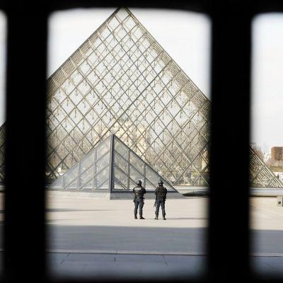 Poliisit partioivat Louvren edustalla Pariisissa.