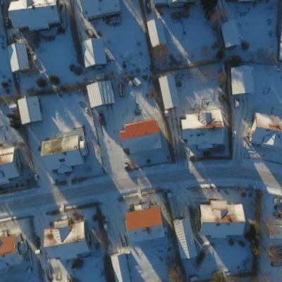 Omakotitaloja Vaasassa kuvattuna ylhäältä helikopterista.