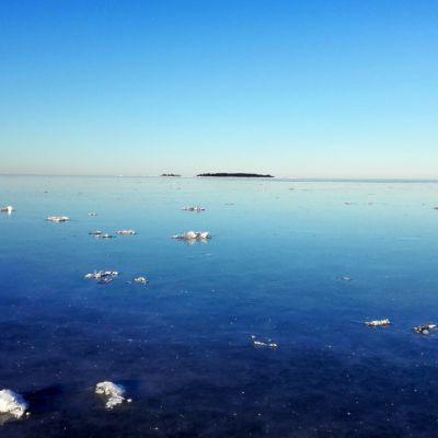 Kuva merenjäältä Kokkolan edustalta, missä olosuhteet retkiluistelulle olivat otolliset. Horisontissa näkyy ulkosaari Krunni.