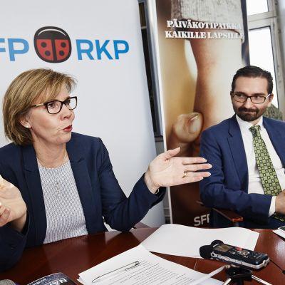 Puheenjohtaja Anna-Maja Henriksson ja puoluesihteeri Fredrik Guseff RKP:n kunnallisvaaliohjelman tiedotustilaisuudessa Helsingissä 10. helmikuuta 2017.