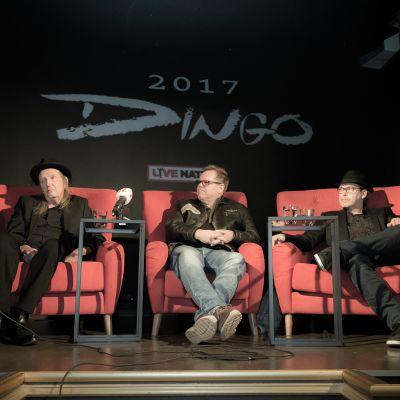 Dingo-yhtye istuu lavalla pressitilaisuudessa