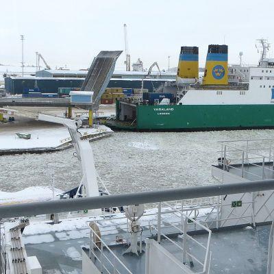 Jäänmurtaja Kemin satamassa.
