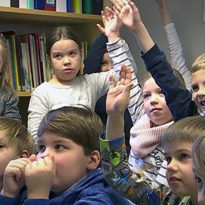 Ilmajoen Palonkylän koulun nuorimmat oppilaat talvella 2017.