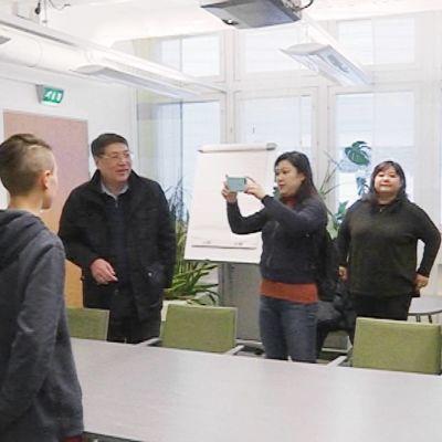 Kiinalaisen tv-yhtiön edustajat kuuntelevat Julius Parkisen ja Ola Jomppasen esitystä