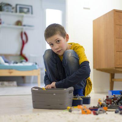 Niko Kupari leikkii legoilla.