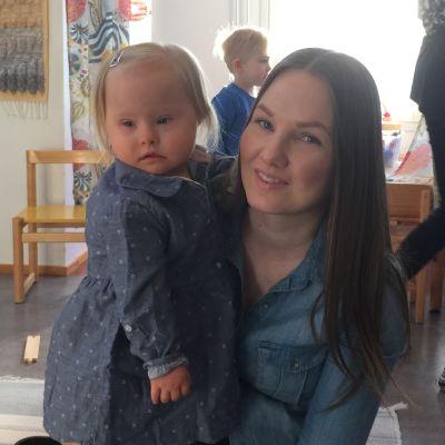 1,5 vuotias Vieno äitinsä Hanna-Kaisa Kontturin sylissä.