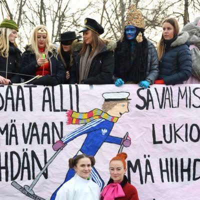 Kuvassa Kokkolan suomalaisen lukion abeja lähdössä penkkariajelulle.