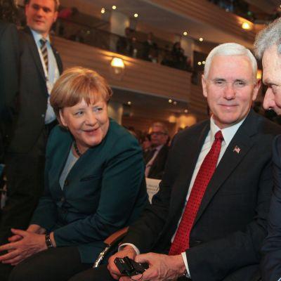 Saksan liittokansleri Angela Merkel, Yhdysvaltain varapresidentti Mike Pence ja presidentti Sauli Niinistö Münchenin turvallisuuskonferenssissa hetkeä ennen varapresidentin puhetta 18. helmikuuta 2017.