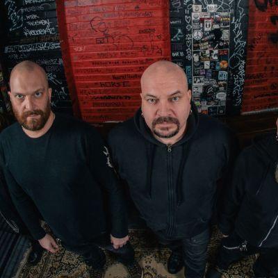 Uudellleen startannut Timo Rautiainen & Trio Niskalaukaus kotikentällään Tanssisali Lutakon backstagella.