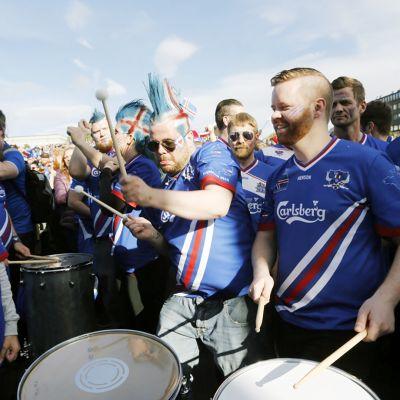 Islannin jalkapallojoukkueen kannattajat kokoontuvat katsomaan ottelua Reykjavikissa.