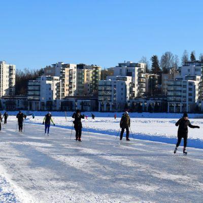 Jyväsjärvi retkiluistelurata, taustalla Ainola.