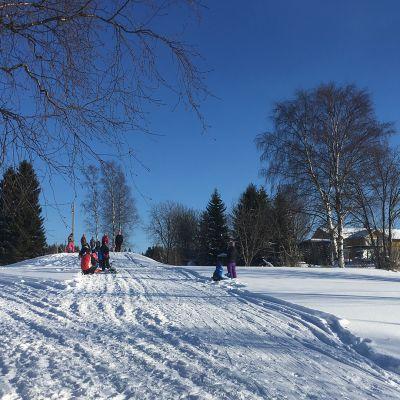 Talvirieha Ilmolan koululla Keminmaassa.
