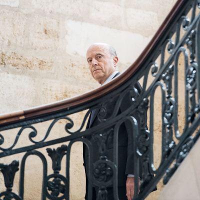 Alain Juppé saapumassa tiedotustilaisuuteensa Bordeaux'ssa.