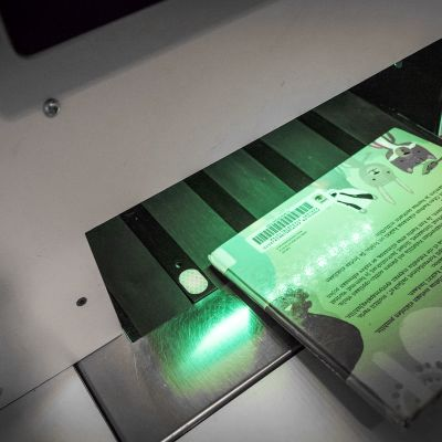 Kirja palautetaan omatoimisesti kirjaston palautusautomaatilla.