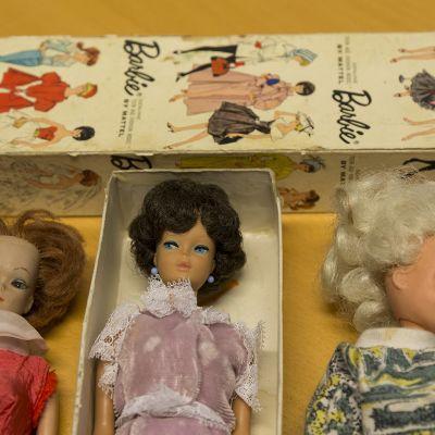 Kolme vanhaa Barbie-nukkea