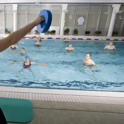 Eläkeläiset jumppaavat uima-altaassa.