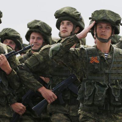 Venäläisiä erikoisjoukkoja Voiton päivän paraatissa Hmeimymin tukikohdassa Syyriassa toukokuussa 2016.