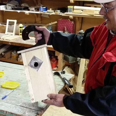 Kuvassa Johan Wargh ja suunnittelemansa kahvallinen linnunpönttö