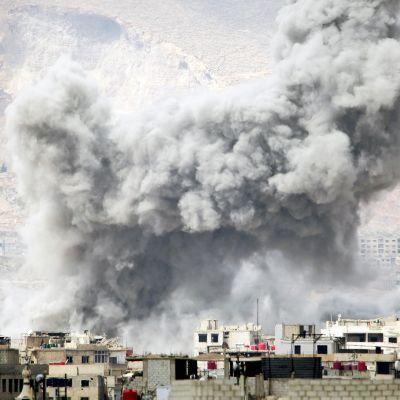 Savupilvi Damaskoksen yllä.