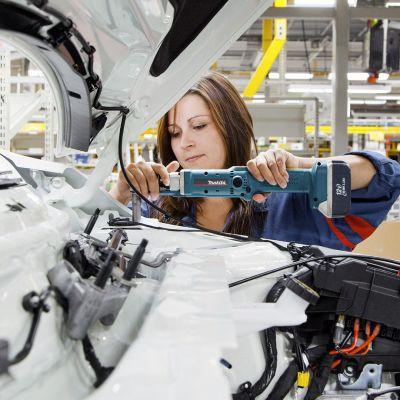 Työntekijä Uudenkaupungin autotehtaan kokoonpanolinjalla.